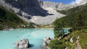 L'incantevole Lago di Sorapiss, come raggiungerlo e dove soggiornare